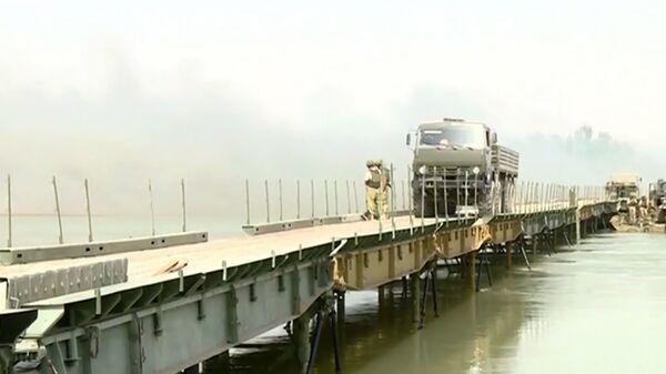 Понтонный мост через Евфрат недалеко от Дейр эз-Зора в Сирии. Архивное фото