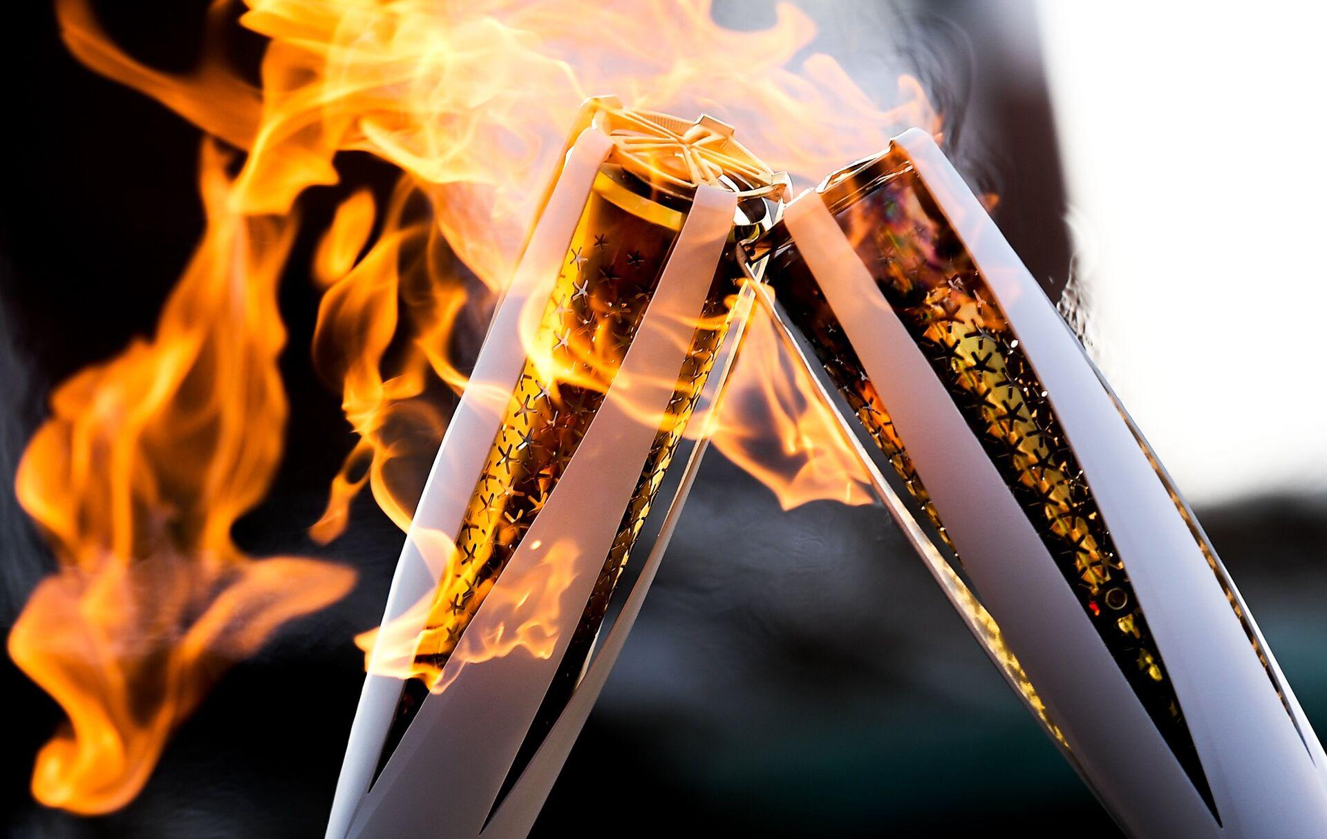 Факелы с Олимпийским огнём во время эстафеты в Пхенчхане - РИА Новости, 1920, 24.05.2021
