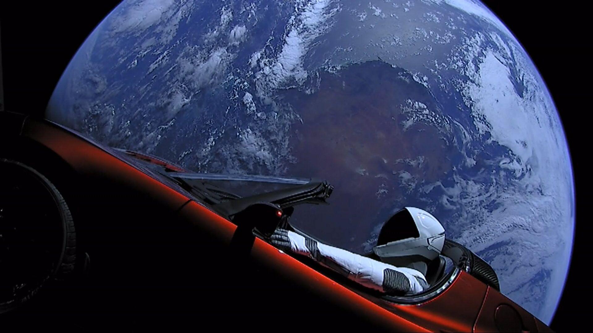 Личный автомобиль главы SpaceX Илона Маска красный кабриолет Tesla Roadster, выведенный на орбиту ракето-носителем Falcon Heavy американской компании SpaceX, с манекеном в скафандре за рулем в космическом пространстве - РИА Новости, 1920, 21.08.2020