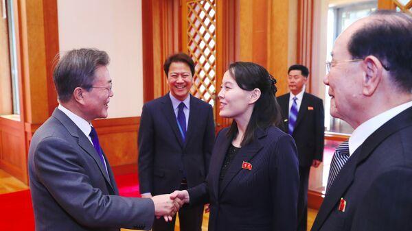 Президент Южной Кореи Мун Чжэ Ин и сестра Ким Чен Ына Ким Ё Чжон