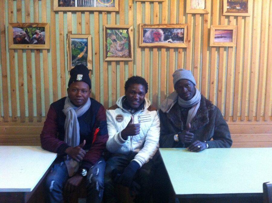Музыкант Kolossus Kelevra из Кении (в центре) со своими друзьями, постояльцами хостела