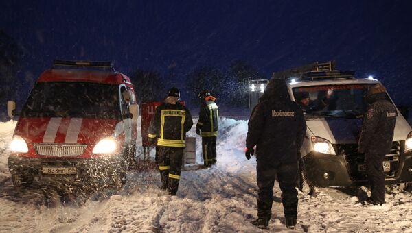 Спасатели в Раменском районе Московской области, где самолет Ан-148 Саратовских авиалиний рейса 703 Москва-Орск потерпел крушение 11 февраля 2018 года