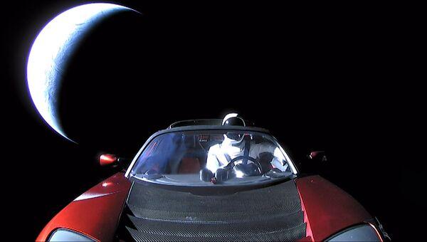 Кабриолет Tesla Roadster, выведенный на орбиту ракетой-носителем Falcon Heavy. Архивное фото