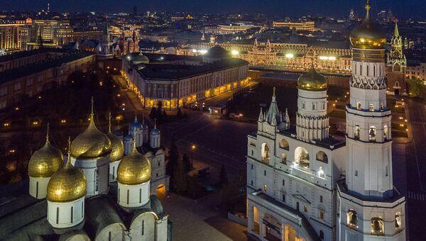 Успенский собор, Сенат и колокольня Ивана Великого (слева направо) на территории Московского Кремля