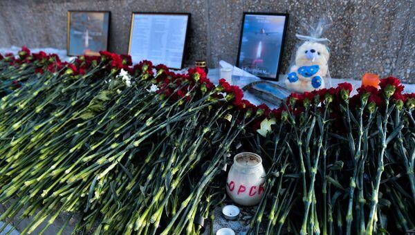 Жители Оренбурга несут цветы к монументу Валерия Чкалова в память о жертвах крушения Ан-148