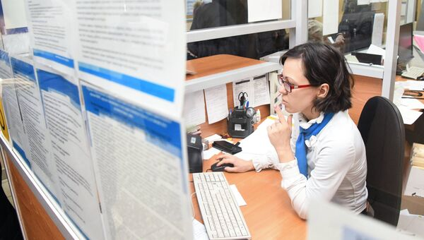 Работник отделения пенсионного фонда. Архивное фото