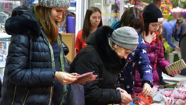 Покупатели выбирают сувениры к Дню святого Валентина в торговом центре во Владивостоке