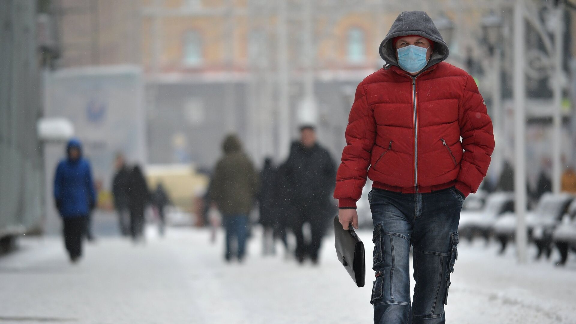 Мужчина в защитной маске в Москве - РИА Новости, 1920, 15.03.2021