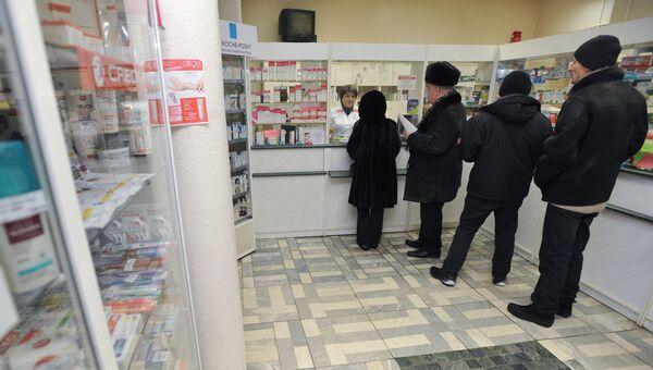 Покупатели стоят в очереди в аптеке