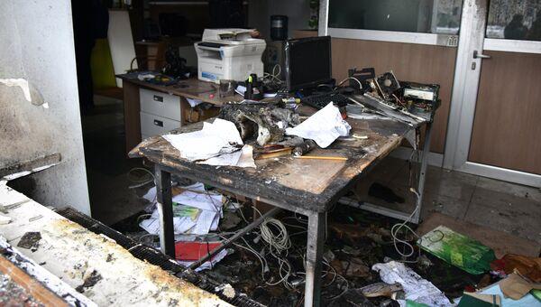 Сгоревшая мебель и оргтехника в офисе отделения Сбербанка во Львове, пострадавшая в результате поджога радикалами. 14 февраля 2018