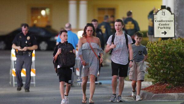 Родители с учениками школы в Паркленде, Флорида