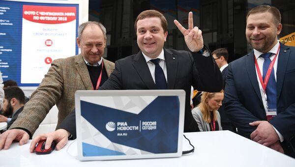 Директор фонда Росконгресс Александр Стуглев во время публикации сообщения для новостного мобильного приложения Динамика дня. 15 февраля 2018