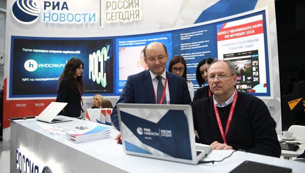 Первый заместитель гендиректора РЖД Александр Мишарин попробовал себя в роли выпускающего редактора РИА Новости. 15 февраля 2018