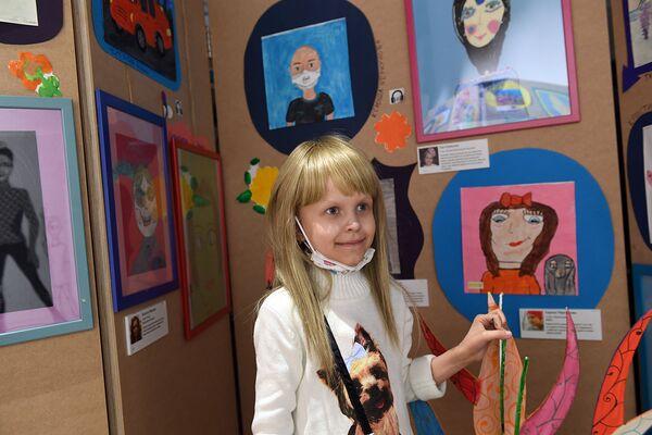 Дети были счастливы стать частью выставки: они показывали друг другу картины, с радостью рассказывали о них, общались о чем-то своем