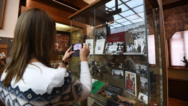 Посетительница в музее Московского зоопарка