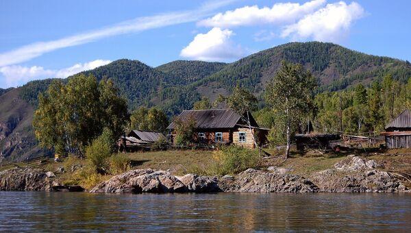Деревянный дом в отдаленной русской деревне в республике Тыва