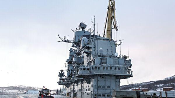 Тяжелый авианесущий крейсер Северного флота Адмирал Кузнецов в Мурманске. Архивное фото