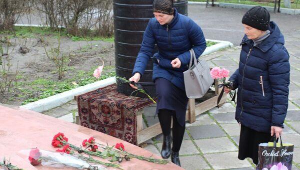 Жители Кизляра принесли цветы к Свято-Георгиевскому храма, где 18 февраля мужчина открыл стрельбу из ружья по прихожанам