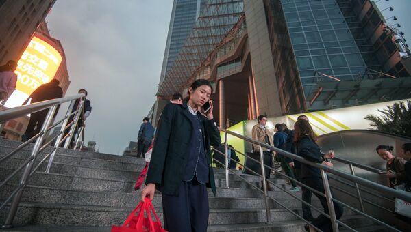 Горожане на улице Нанжинг в Шанхае. Архивное фото