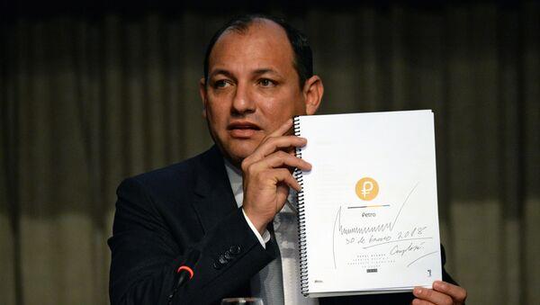 Министр науки, технологий и университетского образования Венесуэлы Угбель Роа держит в руках документ о создании криптовалюты «Петро», подписанный президентом Венесуэлы Николасом Мадуро. Архивное фото