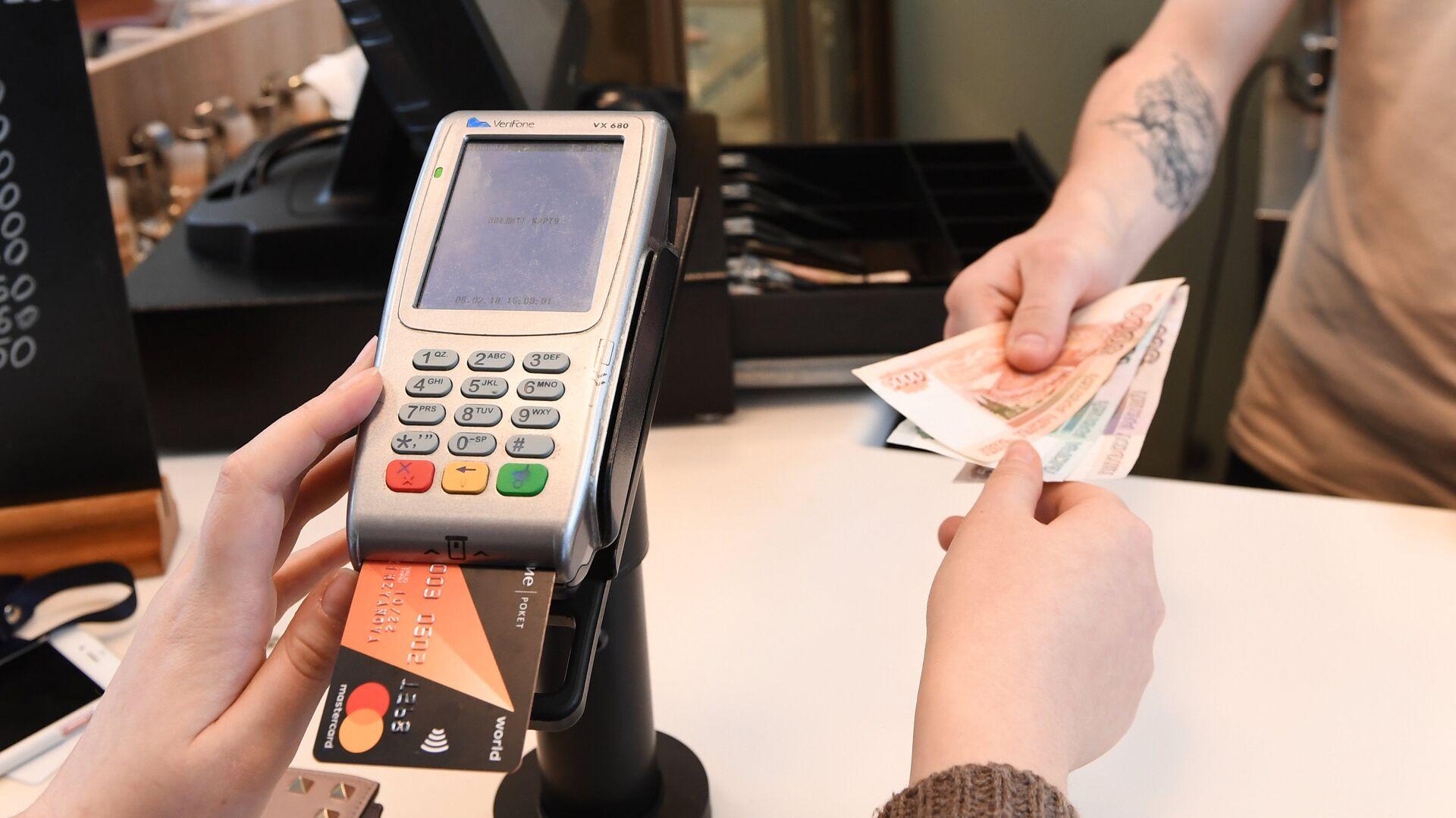 Расчет за заказ в кафе через терминал оплаты банковскими картами - РИА Новости, 1920, 21.11.2020