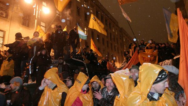 Сторонники Виктора Ющенко у здания администрации президента Украины в Киеве