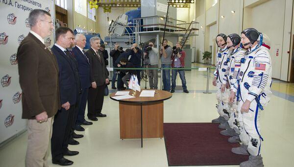 Космонавт Роскосмоса Олег Артемьев, астронавты НАСА Эндрю Фойстел и Ричард Арнольд вошли в состав основного экипажа МКС-55/56. 22 февраля 2018