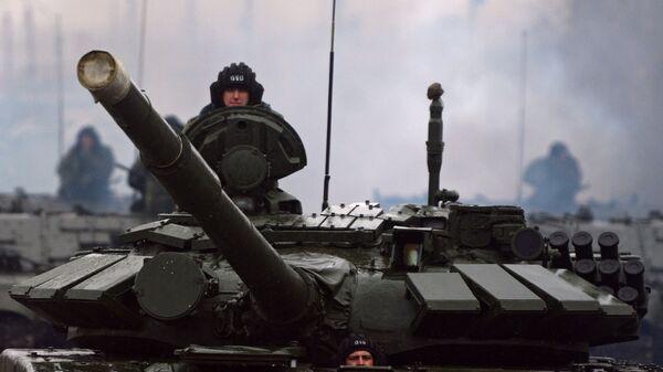 Военнослужащие на танке Т-72