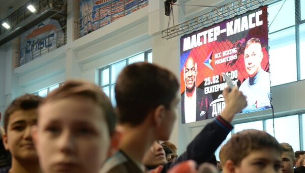 Участники открытого мастер-класса по боксу с участием боксёров Майка Тайсона и Константина Дзю во Дворце игровых видов спорта (ДИВС) в Екатеринбурге