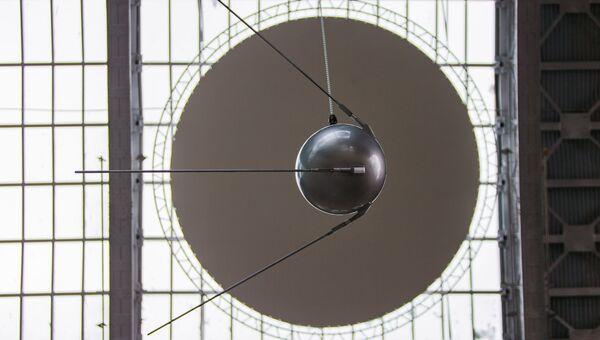 Макет первого искусственного спутника Земли в павильоне Космос на ВДНХ