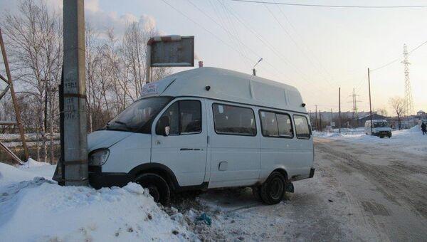 Омич угнал маршрутное такси, чтобы доехать домой и врезался в столб. 27 февраля 2018