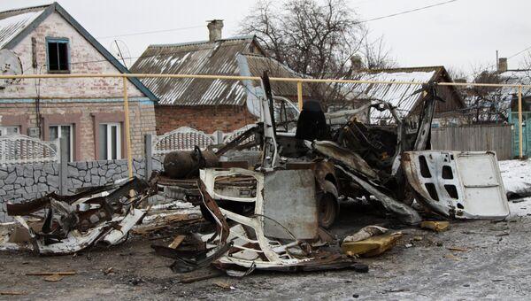 Автомобиль Газель, разрушенный в результате обстрела, в городе Докучаевск Донецкой области. Архивное фото