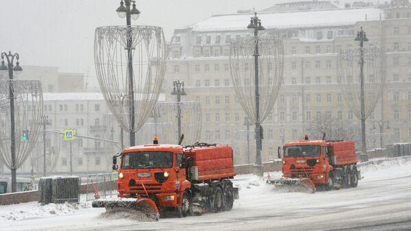 Снегоуборочная техника коммунальных служб Москвы во время ликвидации последствий сильного снегопада