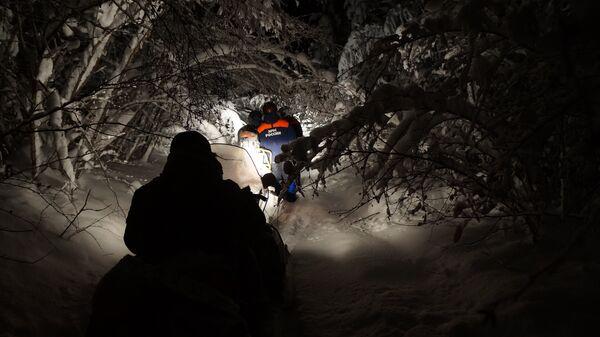 Сотрудники Уральского регионального центра МЧС России во время поисковой операции на перевале Дятлова