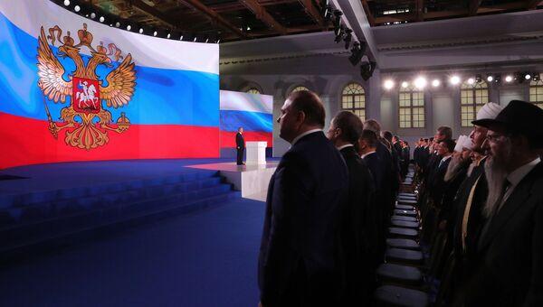 Президент РФ Владимир Путин во время исполнения гимна после выступления с ежегодным посланием Федеральному Собранию