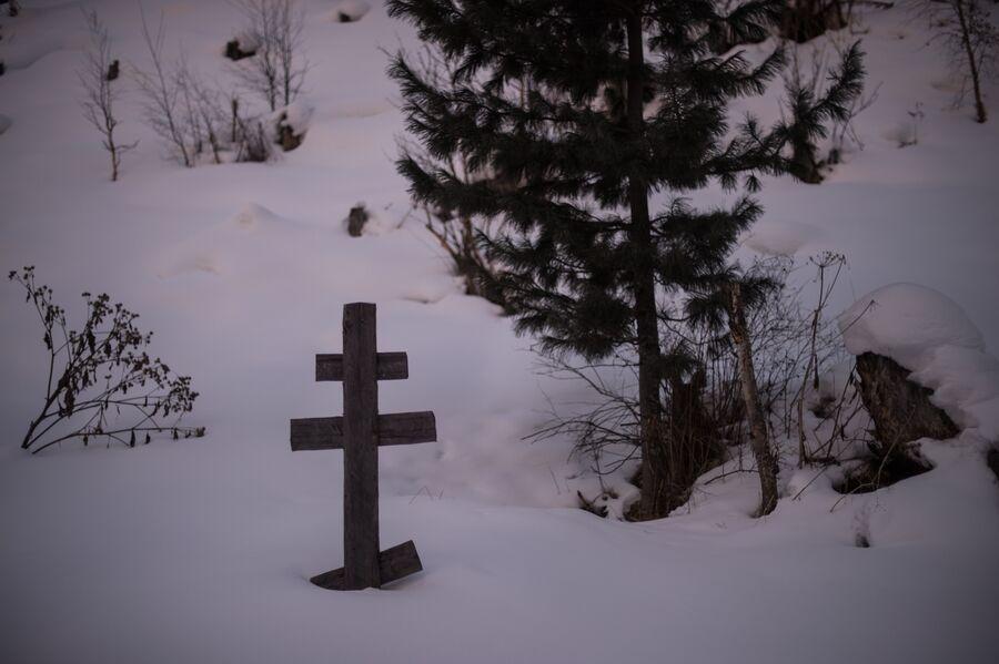 Крест на могиле отца Агафьи Лыковой – Карпа Осиповича Лыкова