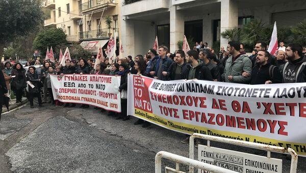Митинг против НАТО прошел возле входа в здание генсекретариата печати во время выступления заместителя генерального секретаря НАТО Роуз Гетемюллер, Афины. 2 марта 2018