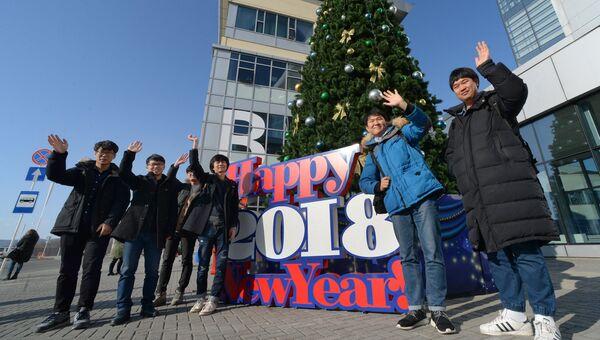 Студенты перед началом праздника в Дальневосточном федеральном университете во Владивостоке