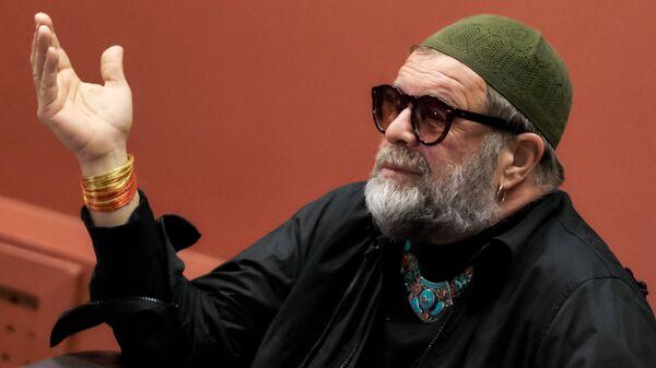 Музыкант, лидер группы Аквариум Борис Гребенщиков на пресс-конференции перед открытием персональной выставки Азбука Лунного света в Санкт-Петербурге