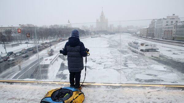 Молодой человек на Парящем мосту парка Зарядье в Москве