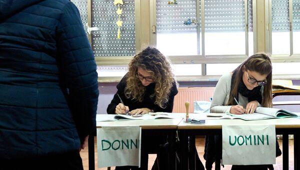 На одном из избирательных участков Рима во время парламентских выборов в Италии.