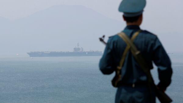 Американский авианосец USS Карл Винсон в порту города Дананг, Вьетнам. 5 марта 2018