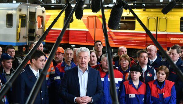 Мэр Москвы С. Собянин посетил электродепо Владыкино общается с журналистами во время посещения электродепо Владыкино