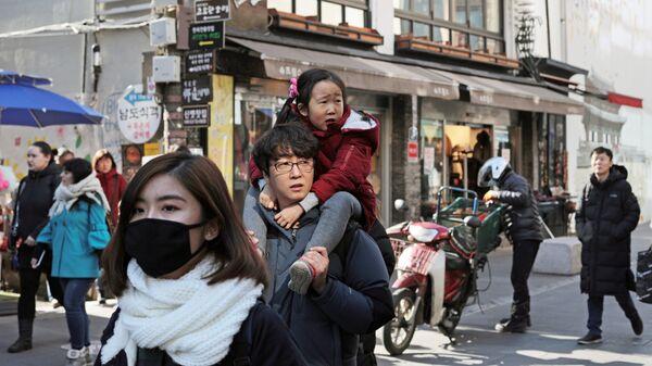 Прохожие на улице Инсандонг в Сеуле