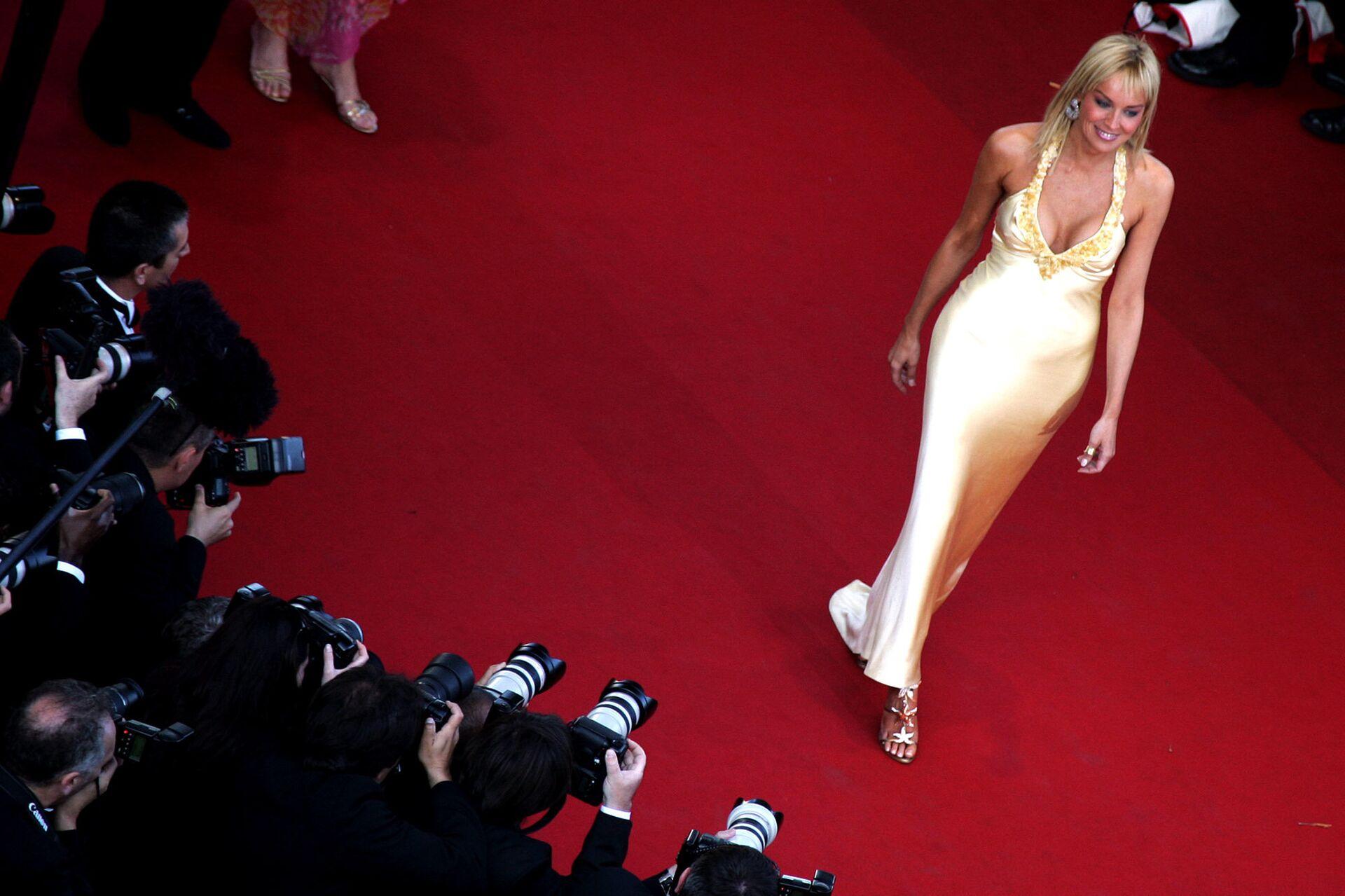 Американская актриса Шэрон Стоун на красной дорожке перед на 58-м международным Каннским кинофестивалем во Франции. 15 мая 2005 года - РИА Новости, 1920, 05.03.2021