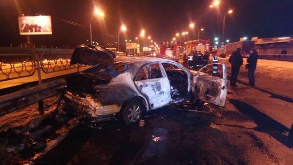 Сгоревший автомобиль Toyota на месте взрыва гранат у станции метро Лесная в Киеве