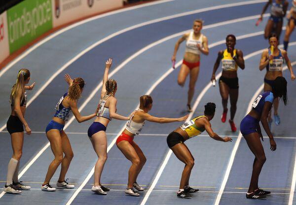 Спортсмены во время финала женской эстафеты 4x400 м на чемпионате мира по легкой атлетике в помещении на арене National Indoor Arena в Бирмингеме, Великобритания. 4 марта 2018 года