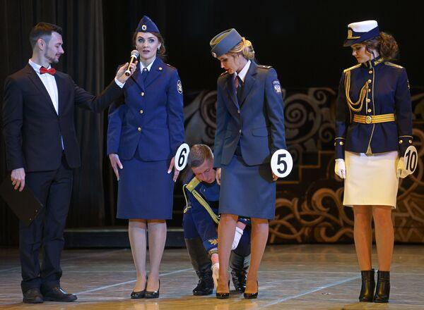 Участницы пятого ежегодного конкурса Краса в погонах перед началом конкурсной программы