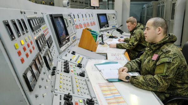 Военнослужащие во время боевого дежурства в приборном зале радиолокационной станции