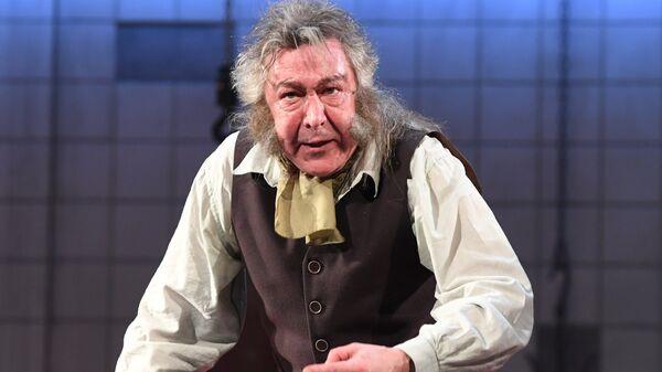 Михаил Ефремов в спектакле Гарольда Пинтера Не становись чужим. Архивное фото
